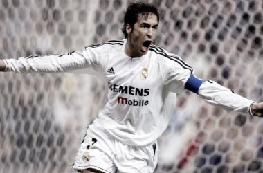 Raúl, celebrando uno de sus goles con El Real Madrid