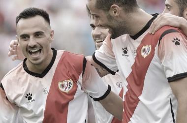 Celebración del equipo tras el tanto rayista. / Fotografía: Rayo Vallecano.