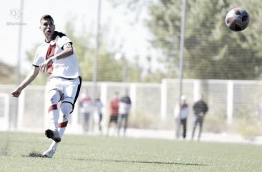 Jugador del filial golpeando el balón. Fotografía: Rayo Vallecano S.A.D
