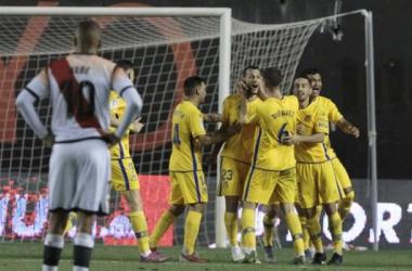Jugadores del Alcorcón celebran el tanto del empate ante la atenta mirada de Bebé   Fotografía: LaLiga