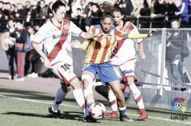 Débora García disputando el esférico con Estela en el partido de la primera vuelta. Fuente: LaLiga.
