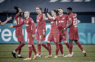 Leipzig aposta na bola parada, vence Schalke e mantém perseguição ao Bayern