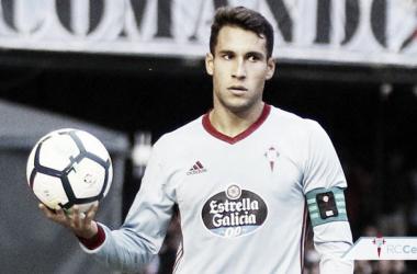 El lateral recibe el premio como mejor jugador del Celta durante el mes de marzo. Foto: RC Celta