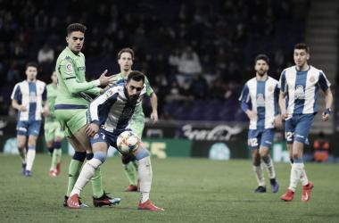 Borja Iglesias y Bartra se disputan un balón | Foto: RCDE