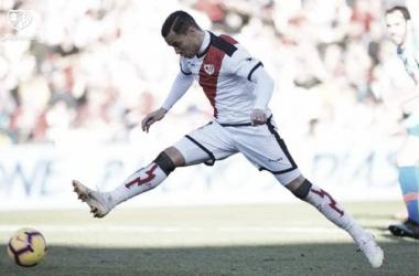 Raúl de Tomás golpeando el balón en el partido. Fotografía: Rayo Vallecano S.A.D