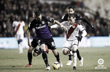 Raúl de Tomás luchando el balón. Fotografía: La Liga