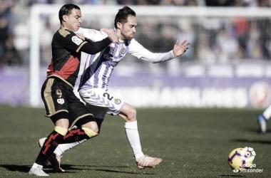 Raúl luchando el balón. | Fotografía: La Liga