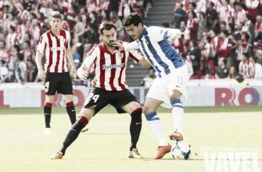 Vela retiene el balón ante Balenziaga en el encuentro de la temporada pasada