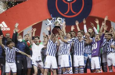 Los jugadores realistas alzan la copa al cielo de Sevilla. Vía: Real Sociedad en Twitter.