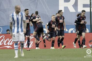 Joan Jordán celebra su gol de falta junto a sus compañeros, mientras que Sandro se lamenta por ello en el choque del pasado domingo en Anoeta (FOTO://LaLiga)