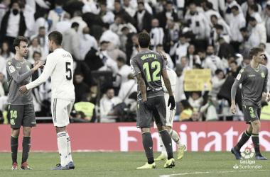 Rubén Pardo da la mano a Raphäel Varane en el triunfo de la J18 en el Santiago Bernabéu (FOTO://LaLiga)