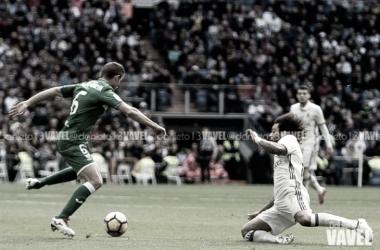 Disputa por un balón en el Bernabéu/Foto: Daniel Nieto (VAVEL)