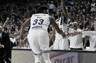 Trey Thompkins celebrando con la afición | Foto: ACB.com