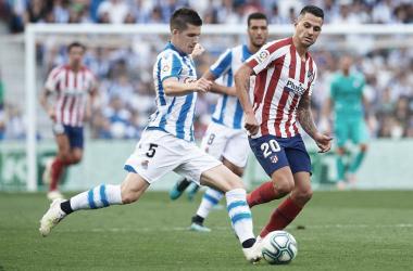 Igor Zubeldia mueve la pelota en el partido ante el Atlético de Madrid. Imagen:// Real Sociedad