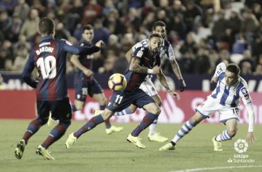 FOTO: LaLiga.es// Bardhi observa como su compañero y uno de sus rivales intentan disputar el balón en la jornada 12 disputado en Valencia la temporada pasada.