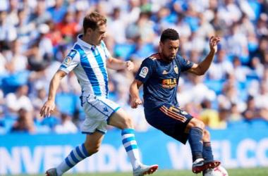 FOTO: LaLiga.es// Jugadores de Real Sociedad y Valencia en acción durante el último partido disputado en la primera ronda