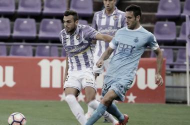 Kiko Olivas, jugador del Girona, hace un pase ante la mirada de Joan Jordán | Real Valladolid