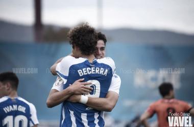 Becerra abraza a su compañero tras anotar uno de sus 2 goles. | Foto: Noelia Déniz - VAVEL