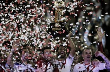Ponzio, el capitán levantando la Copa, junto a Mora, D´Alessandro, Mayada. Dale bicampeón (FOTO: AFA).