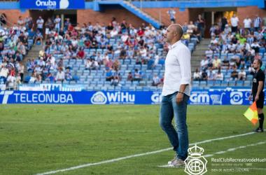 El ex-entrenador del Recreativo de Huelva, Alberto Monteagudo, dirigiendo un partido desde la zona técnica. / Fuente: Recreativohuelva.com