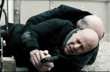 John Malkovich se esconde detrás de Bruce Willis en una escena de la película. Foto: Games4u.es.
