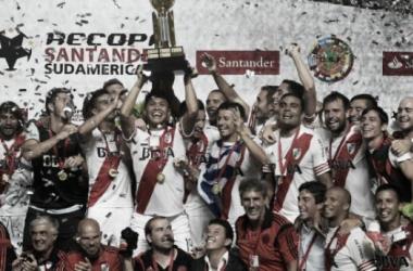 Jugadores festejando la Recopa (Foto: Cariverplate).