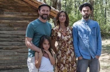 Protagonistas de 'Refugiados', la familia Cruz y (a la derecha) Álex, el refugiado acogido