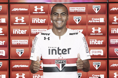 """Liberado, lateral Regis projeta estreia pelo São Paulo: """"Quero mostrar meu futebol aqui"""""""
