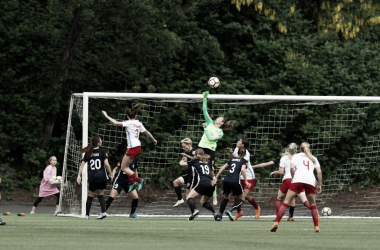 Seattle goalkeeper Lydia Williams parries the ball over the goal. | Photo: @ReignFC via Twitter