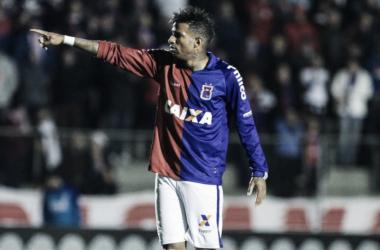 René Santos sofreu pancada na cabeça em disputa contra o Flamengo (Divlugação/Paraná Clube)