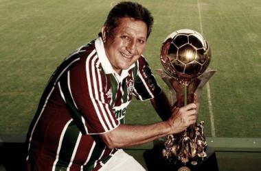 Romerito com o troféu de Campeão Brasileiro de 1984 (Foto: Divulgação/Fluminense FC)
