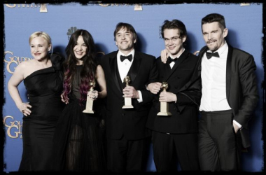 El reparto y el director de 'Boyhood' con sus tres Globos de Oro. (Foto (sin efecto): cyprus-mail)