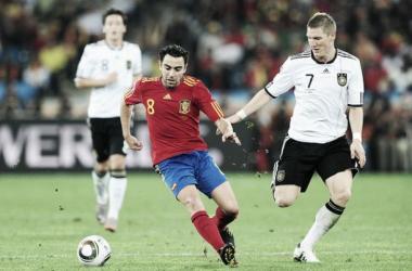 Xavi Hernández y Bastian Schweinsteiger, dos estandartes para sus equipos. // (Foto de insidespanishfootball.com)
