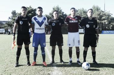 Miguel Brizuela y Kevin Cardozo, capitanes de ambos equipos, en el último enfrentamiento por el Campeonato de Reserva. (Foto: página oficial de Vélez Sarsfield)