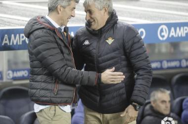 Imanol Alguacil y Quique Setién se saludan antes del comienzo de choque de la vuelta de los octavos de final de la Copa del Rey en Anoeta (FOTO:// LaLiga)