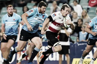 Marnus Schoeman, tercera línea de Lions, rumbo a zambullirse al ingoal de Waratahs. Los subcampeones en 2016 y 2017 siguen pisando fuerte en esta competición. Crèdito: SA Rugby Mag.