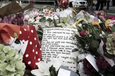 Las flores en conmemoración por los fallecidos en Christchurch. El mundo se unió con un mensaje de paz y condolencias tras la tragedia. Crèdito: Herald Sun.