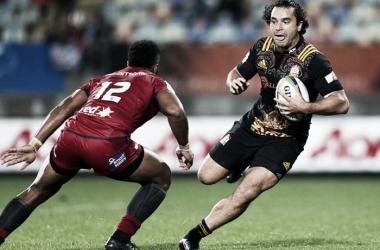 Foto: James Lowe, wing de Chiefs, encara a Samu Kerevi, capitán y centro de Reds. En Nueva Plymouth, los kiwis se impusieron por 46-17. Crédito: Rugby 365
