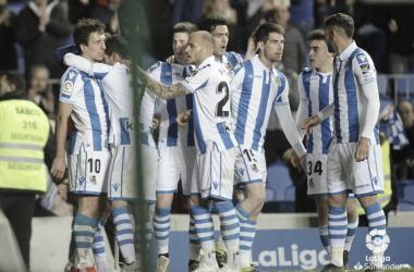 Los futbolistas de la Real Sociedad celebran el segundo y definitivo tanto del equipo, transformado por Mikel Oyarzabal (FOTO://LaLiga)