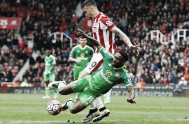 Defoe falls to ground as Sunderland are awarded a penalty. Photo: Reuters.