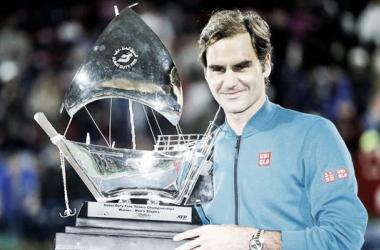 Federer posa con el título de campeón. Foto: ATP World Tour.