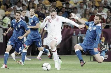Rooney e Pirlo volltam a encontrar-se na estreia das equipas do Mundial (Foto: AFP)