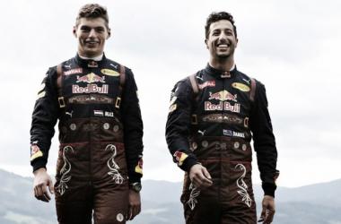 Max Verstappen (esq.) e Daniel Ricciardo (dir.) vem travando uma grande disputa interna na Red Bull (Foto: Divulgação/Red Bull Racing)