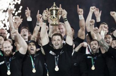 Richie McCaw lifts the William Webb Ellis trophy for the second-time (image via twitter)