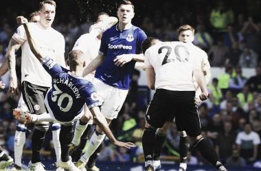 Com um belo voleio, Richarlison abriu o marcador (Divulgação / Everton)