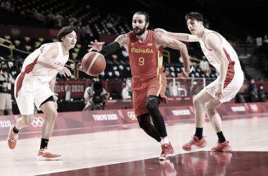 Ricky anotando ante la defensa nipona / Foto: FIBA