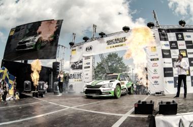Pontus Tidemand llegando junto a su copiloto al podium // Foto: Skoda Motorsport