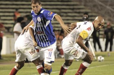Leandro Caruso encarando frente a los tucumanos, en el último partido entre ambos equipos. Foto: Olé.