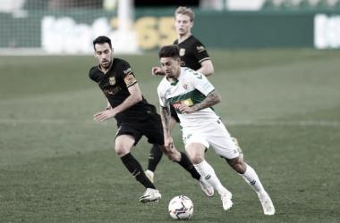 Emiliano Rigoni elude la marca de Sergio Busquets ante el Barcelona. Fuente: (Getty Images)