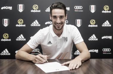 Rico posa como nuevo jugador del Fulham. Foto: Fulham FC.